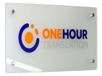 Акриловая вывеска с логотипом и декоративным крепежом